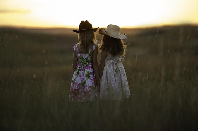 dívky na poli