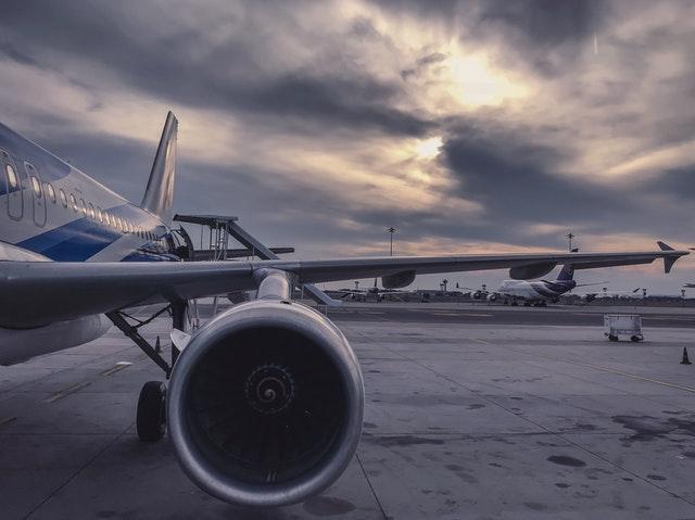 křídlo a motor letadla